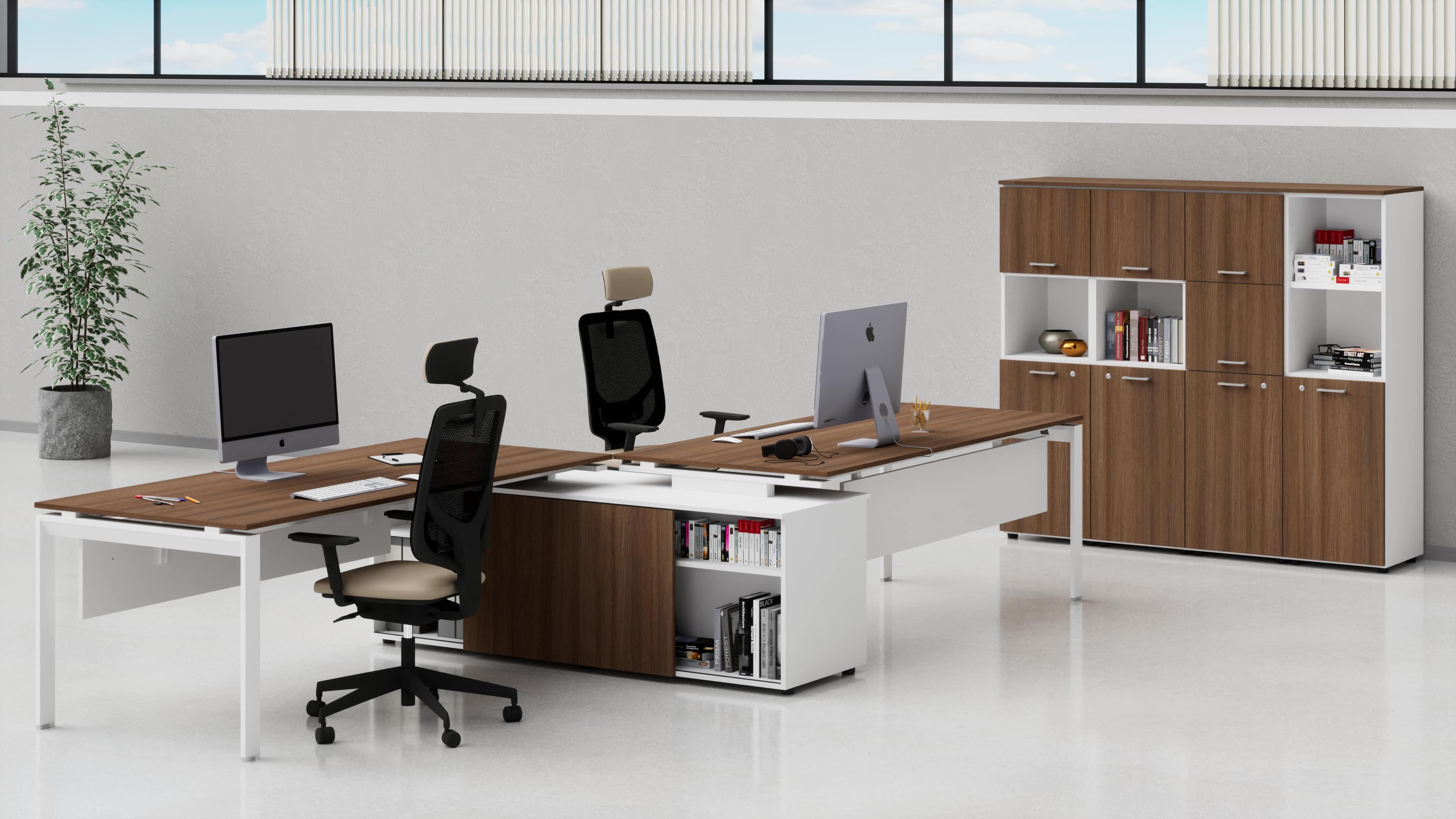 Uffici direzionali SCACCO scrivanie, con mobile di servizio centrale e contenitori universali medi